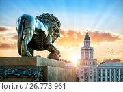 Купить «Лев смотрит на Кунсткамеру», фото № 26773961, снято 10 июля 2017 г. (c) Baturina Yuliya / Фотобанк Лори