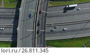 Купить «Широкополосные автомобильные магистрали в мегаполисе, вид сверху, спуск камеры», видеоролик № 26811345, снято 11 августа 2017 г. (c) Кекяляйнен Андрей / Фотобанк Лори