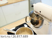 Купить «electric mixer and pot on stove at kitchen», фото № 26817689, снято 8 мая 2017 г. (c) Syda Productions / Фотобанк Лори