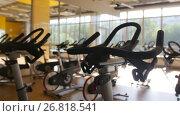 Купить «Bicycling simulators in the gym, interior of modern fitness club, slider shot», видеоролик № 26818541, снято 27 апреля 2018 г. (c) Константин Шишкин / Фотобанк Лори
