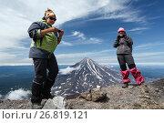 Купить «Девушки стоят на кромке кратера Авачинского вулкана», фото № 26819121, снято 10 декабря 2018 г. (c) А. А. Пирагис / Фотобанк Лори