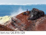 Купить «Группа туристов на вершине вулкана Авачинская сопка», фото № 26819129, снято 18 августа 2018 г. (c) А. А. Пирагис / Фотобанк Лори