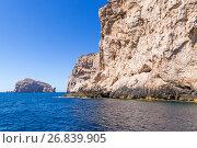 Сардиния, Италия. Живописный скалистый берег на фоне голубого неба и спокойного моря (2016 год). Стоковое фото, фотограф Rokhin Valery / Фотобанк Лори