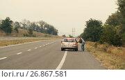 Купить «Man hitchhiking on road», видеоролик № 26867581, снято 22 августа 2017 г. (c) Илья Шаматура / Фотобанк Лори