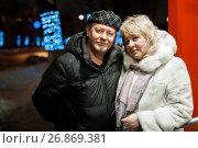 Купить «Взрослые мужчина и женщина стоят в обнимку на фоне огней ночного города», эксклюзивное фото № 26869381, снято 1 января 2017 г. (c) Игорь Низов / Фотобанк Лори