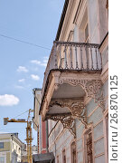 Купить «Москва. Пречистенка, дом 14/1 строение 2. Фрагмент здания, балкон», эксклюзивное фото № 26870125, снято 12 августа 2017 г. (c) Илюхина Наталья / Фотобанк Лори