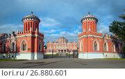 Купить «Вид на ворота и Петровский путевой дворец. Москва», фото № 26880601, снято 13 августа 2017 г. (c) Татьяна Белова / Фотобанк Лори