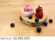Купить «zephyr or marshmallow with berries on stand», фото № 26885609, снято 8 мая 2017 г. (c) Syda Productions / Фотобанк Лори