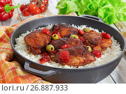Купить «rice with grilled chicken thighs, red bell pepper, green olives», фото № 26887933, снято 6 июля 2020 г. (c) Oksana Zh / Фотобанк Лори