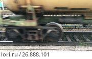 Купить «Колеса железнодорожных вагонов с цистернами проезжают по железной дороге», видеоролик № 26888101, снято 5 сентября 2017 г. (c) Кекяляйнен Андрей / Фотобанк Лори