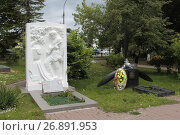 Купить «Город Верея, памятник лётчикам сражавшимся в годы Второй Мировой войны в Городском сквере», эксклюзивное фото № 26891953, снято 9 июля 2017 г. (c) Дмитрий Неумоин / Фотобанк Лори