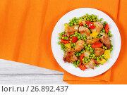 Купить «fried meat with green peas, onion, bell peppers», фото № 26892437, снято 16 июня 2017 г. (c) Oksana Zh / Фотобанк Лори