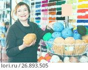 Mature woman choosing variety yarn for their hobby. Стоковое фото, фотограф Яков Филимонов / Фотобанк Лори