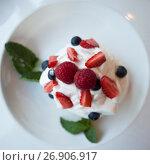 Купить «Десерт Анна Павлова», фото № 26906917, снято 16 июня 2017 г. (c) Литвяк Игорь / Фотобанк Лори