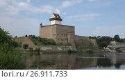 Купить «Вид на замок Германа августовским днем. Нарва, Эстония», видеоролик № 26911733, снято 11 августа 2017 г. (c) Виктор Карасев / Фотобанк Лори