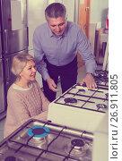 Купить «Husband and wife are buying in center of household appliances the plate», фото № 26911805, снято 11 июля 2020 г. (c) Яков Филимонов / Фотобанк Лори