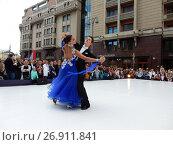 Купить «Москва отмечает 870-й день рождения. Показательные выступления по спортивным бальным танцам. Улица Охотный Ряд», эксклюзивное фото № 26911841, снято 9 сентября 2017 г. (c) lana1501 / Фотобанк Лори