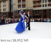 Купить «Москва отмечает 870-й день рождения. Показательные выступления по спортивным бальным танцам. Улица Охотный Ряд», эксклюзивное фото № 26912141, снято 9 сентября 2017 г. (c) lana1501 / Фотобанк Лори