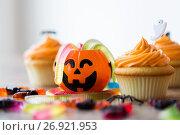 Купить «halloween party decorated cupcakes on wooden table», фото № 26921953, снято 6 июля 2017 г. (c) Syda Productions / Фотобанк Лори