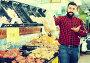 man seller showing potatoes, фото № 26950549, снято 15 ноября 2016 г. (c) Яков Филимонов / Фотобанк Лори