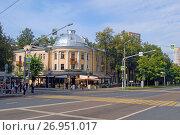 Купить «Перекресток улиц Маршала Бирюзова и Маршала Соколовского. Трёхэтажный кирпичный жилой дом, Маршала Бирюзова, 21», фото № 26951017, снято 11 сентября 2017 г. (c) Александр Замараев / Фотобанк Лори