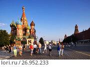 Купить «Туристы гуляют по Красной площади в Москве на закате», фото № 26952233, снято 9 августа 2013 г. (c) Александр Гаценко / Фотобанк Лори