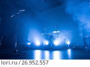 Купить «Drum kit and microphone on an empty stage», фото № 26952557, снято 14 сентября 2017 г. (c) Ольга Визави / Фотобанк Лори