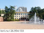 Купить «Здание администрации города Сочи, Краснодарский край», эксклюзивное фото № 26954133, снято 12 сентября 2017 г. (c) Александр Щепин / Фотобанк Лори