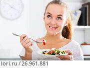 Купить «young woman with chestnut hair eating salad», фото № 26961881, снято 19 июня 2019 г. (c) Яков Филимонов / Фотобанк Лори