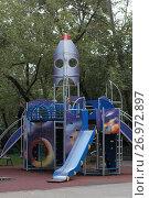 Купить «Москва, детская площадка в виде космической ракеты во дворе дома на Ленинском проспекте», эксклюзивное фото № 26972897, снято 16 сентября 2017 г. (c) Дмитрий Неумоин / Фотобанк Лори