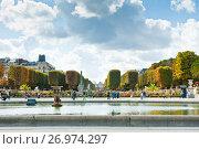 Вид на Люксембургский сад солнечным днем ранней осенью. Париж. Франция (2017 год). Редакционное фото, фотограф E. O. / Фотобанк Лори
