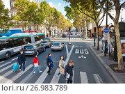 Люди идут по пешеходному переходу. Париж. Франция (2017 год). Редакционное фото, фотограф E. O. / Фотобанк Лори
