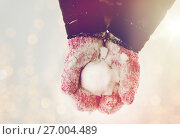 Купить «close up of woman holding snowball outdoors», фото № 27004489, снято 11 ноября 2016 г. (c) Syda Productions / Фотобанк Лори
