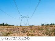 Купить «Опора линии электропередачи в поле на фоне голубого неба», эксклюзивное фото № 27005245, снято 15 сентября 2017 г. (c) Игорь Низов / Фотобанк Лори