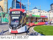 Купить «Реклама на транспорте. Новый сочленённый трамвайный вагон модели 71-931М («Витязь-М») на площади Тверская Застава. Город Москва», фото № 27005357, снято 21 сентября 2017 г. (c) Владимир Сергеев / Фотобанк Лори