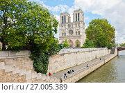 Вид на собор Парижской Богоматери (Нотр-Дам-де-Пари; Notre Dame de Paris) со стороны Сены. Париж. Франция (2017 год). Редакционное фото, фотограф E. O. / Фотобанк Лори