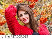 Купить «Девушка в красном кардигане на фоне гроздьев спелой рябины», фото № 27009085, снято 23 сентября 2017 г. (c) Момотюк Сергей / Фотобанк Лори