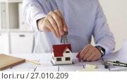 Купить «close up of architect with house keys at office», видеоролик № 27010209, снято 7 сентября 2017 г. (c) Syda Productions / Фотобанк Лори