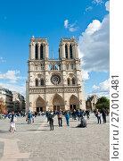 Туристы около собора Парижской Богоматери (Нотр-Дам-де-Пари; Notre Dame de Paris) в солнечный день ранней осенью. Париж. Франция (2017 год). Редакционное фото, фотограф E. O. / Фотобанк Лори