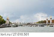 Вид на мост Александра III (фр. Pont Alexandre III) . Париж. Франция (2017 год). Редакционное фото, фотограф E. O. / Фотобанк Лори
