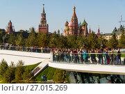 Купить «Moscow, Russia - September 23. 2017. Tourists on observation deck in new park Zaryadye.», фото № 27015269, снято 23 сентября 2017 г. (c) Володина Ольга / Фотобанк Лори