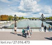 Купить «Прохожие на мосту Александра III (фр. Pont Alexandre III). Солнечный день ранней осенью. Париж. Франция», фото № 27016473, снято 16 сентября 2017 г. (c) E. O. / Фотобанк Лори