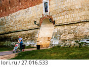 Купить «Отец с ребенком в коляске прогуливается под ликом святого в Зарайском кремле», фото № 27016533, снято 21 июня 2015 г. (c) Эдуард Паравян / Фотобанк Лори