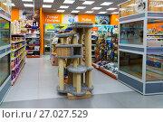 Купить «Zelenograd, Russia - September 15. 2017. Scratching posts at pet store Four paws at mall Panfilov», фото № 27027529, снято 15 сентября 2017 г. (c) Володина Ольга / Фотобанк Лори
