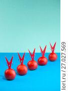Купить «Абстрактный натюрморт с помидорами и прищепками на цветном фоне», фото № 27027569, снято 20 августа 2017 г. (c) V.Ivantsov / Фотобанк Лори