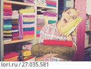 Купить «Woman choosing towels», фото № 27035581, снято 27 января 2020 г. (c) Яков Филимонов / Фотобанк Лори