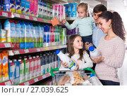 Купить «family purchasing kefir», фото № 27039625, снято 18 января 2019 г. (c) Яков Филимонов / Фотобанк Лори