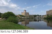 Купить «Августовский день на реке Нарва. Вид на замок Германа. Эстония», видеоролик № 27046389, снято 11 августа 2017 г. (c) Виктор Карасев / Фотобанк Лори