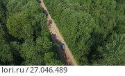 Купить «Автомобиль на лесной дороге, вид сверху», видеоролик № 27046489, снято 3 октября 2017 г. (c) Кекяляйнен Андрей / Фотобанк Лори