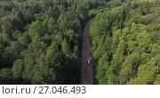 Купить «Автомобиль едет по лесной дороге, вид сверху», видеоролик № 27046493, снято 3 октября 2017 г. (c) Кекяляйнен Андрей / Фотобанк Лори